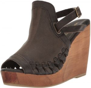fa7e2848a6f Very Volatile Women s Carry Wedge Sandal
